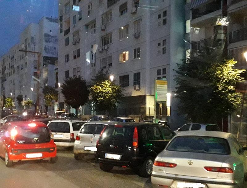 Autobus a Napoli, le fermate negate: sosta selvaggia e pure parcheggi a pagamento