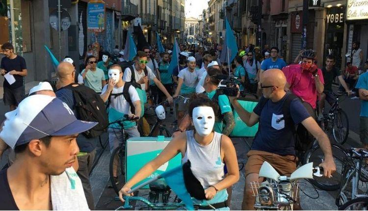Rider trattati come schiavi: prima condanna per caporalato a Milano. Risarciti 44 lavoratori