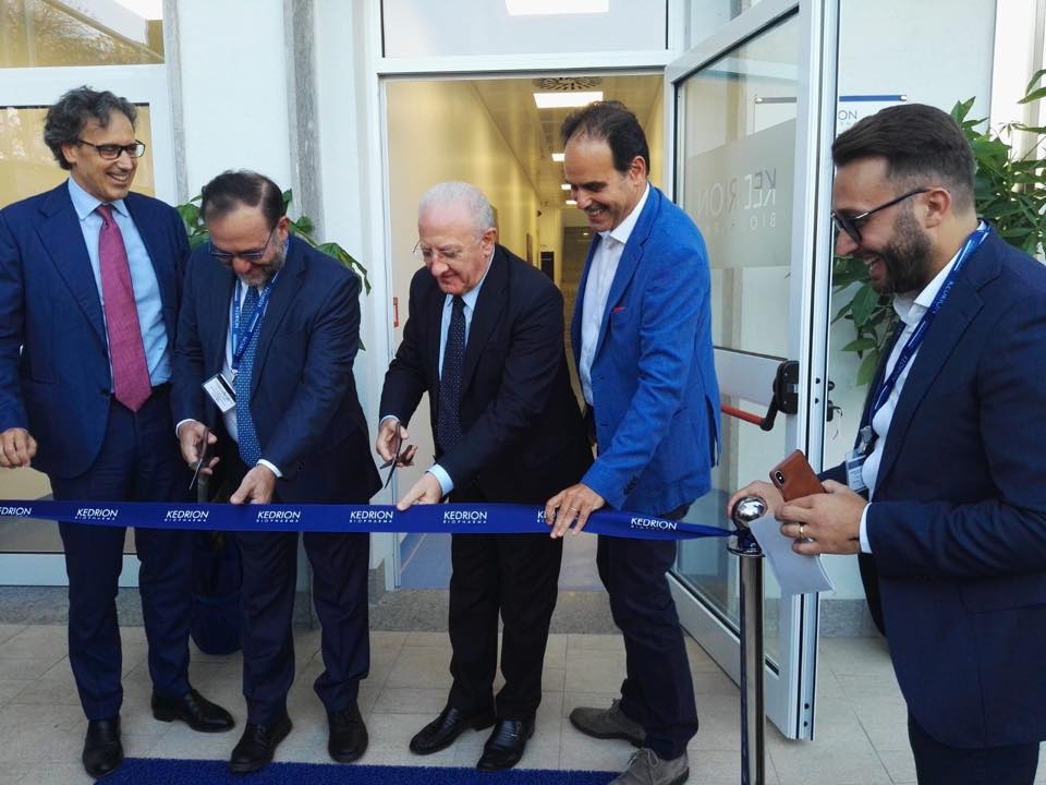 Sant'Antimo, De Luca e l'ex sindaco inaugurano la Kedrion di Marcucci: è scontro