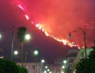 A Sarno brucia la montagna: 200 evacuati, scuole chiuse
