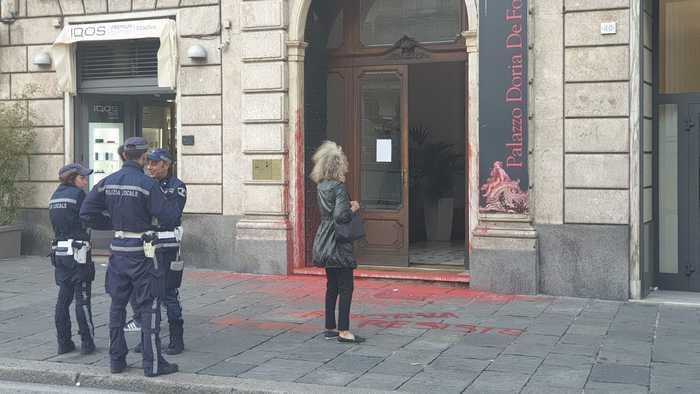 Solidarietà ai curdi: a Genova imbrattata sede consolato turco