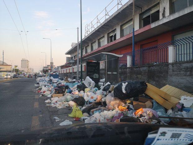 Napoli, Scampia e le periferie sprofondano tra i rifiuti