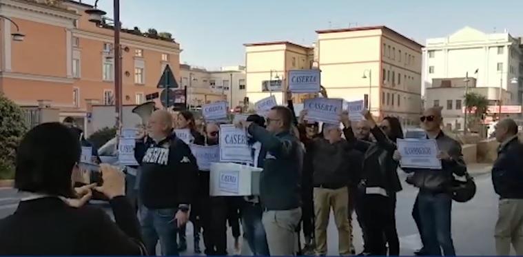 Caserta, i commercianti in piazza contro il Comune