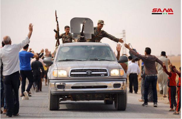 I militari siriani accolti con entusiasmo dalla popolazione curda