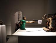 """Napoli, esposta scultura di Salvini che spara ai migranti. Lui replica: """"Una schifezza"""""""