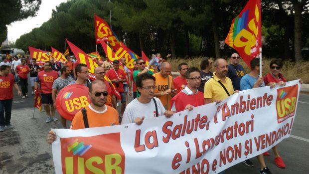 """Taranto, operai Mittal: """"Se non serviamo a produrre acciaio ci devono mantenere con un salario pieno"""""""