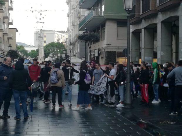 """La protesta degli studenti: """"Noi siamo il futuro, senza futuro"""""""