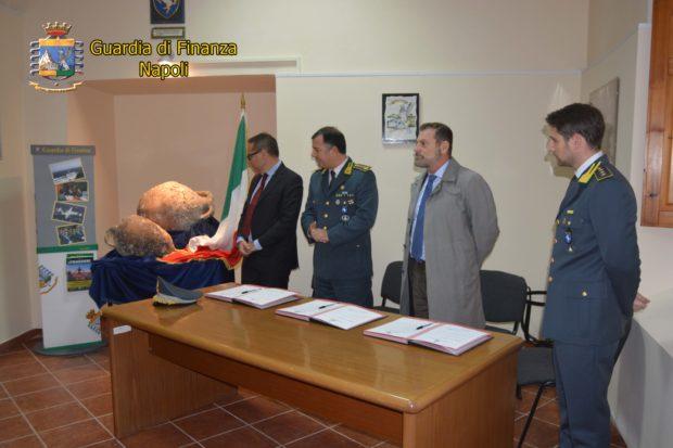 Napoli: la guardia di finanza consegna al parco Pompei reperti sequestrati