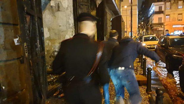 Napoli, banda del buco presa in flagrante da comandante dell'Arma in piazza Mercato
