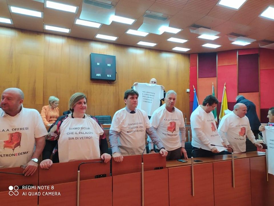 Napoli, salta il consiglio per colpa delle poltrone: l'opposizione presenta mozione di sfiducia