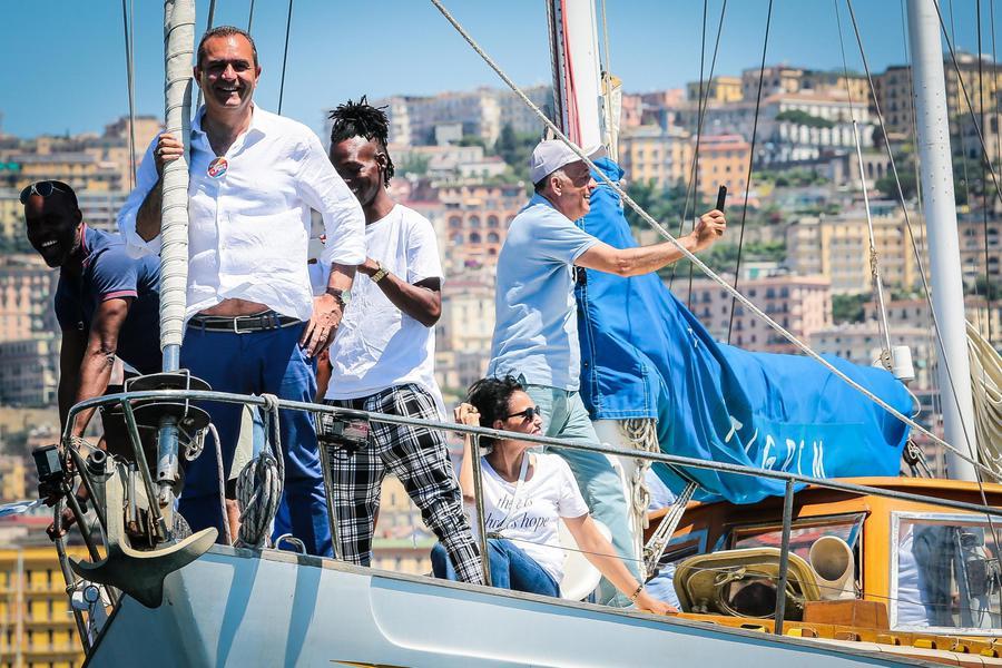 Napoli, affonda il vascello di de Magistris e volano stracci tra gli arancioni