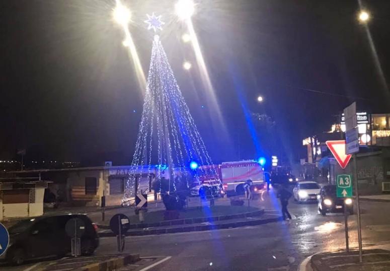 Ercolano, luminarie pericolanti per il forte vento: traffico in tilt