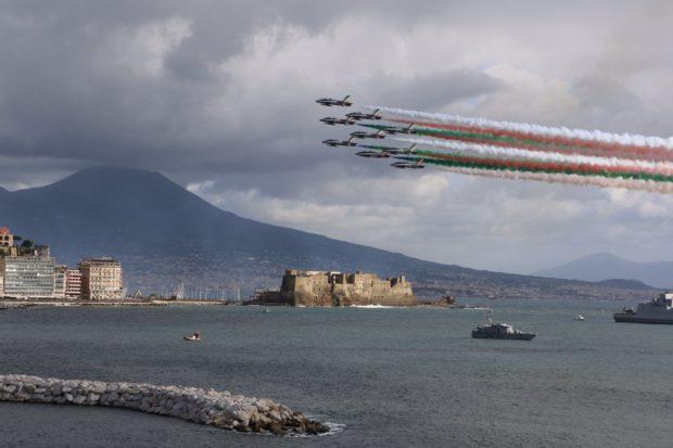 Napoli, lo show Frecce tricolori alla Festa delle forze armate