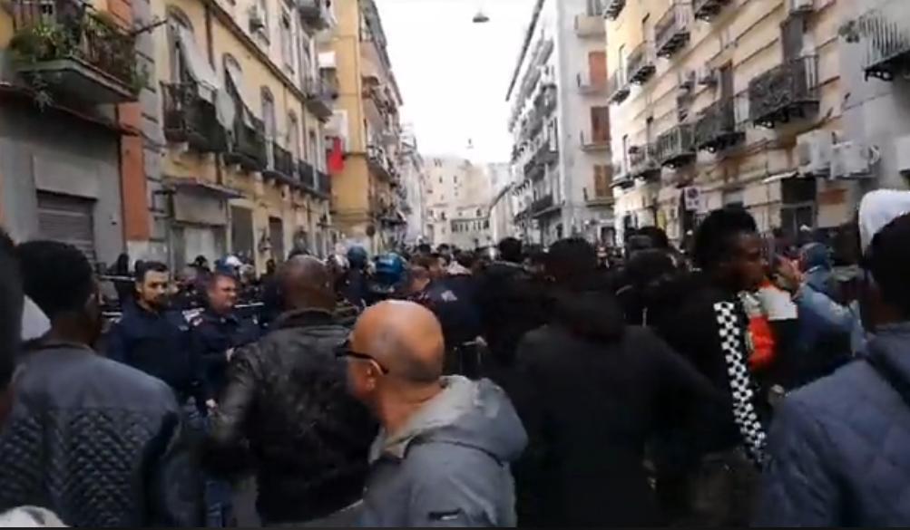 Napoli, quartiere Vasto: sparatoria tra la folla, ferito un migrante