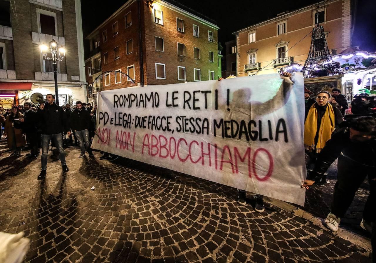 """Pesaro, le sardine contestate:  """"Pd e Lega due facce della stessa medaglia"""""""