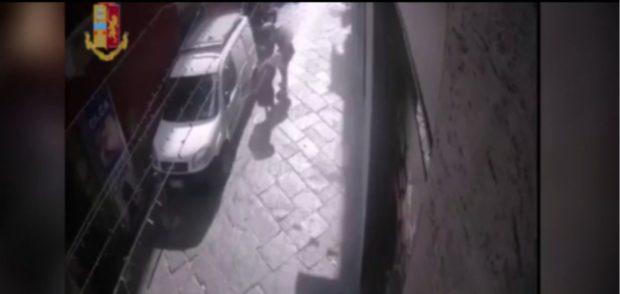 Napoli, scippa la borsa per venti euro e fa cadere un'anziana 80enne