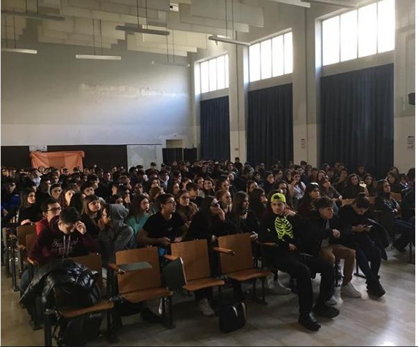 Appello degli studenti che sognano un futuro migliore dai banchi di scuola