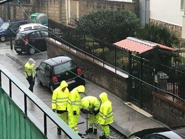 Napoli, tubazione tranciata da abusivi: Bagnoli senza acqua da ore, al lavoro sei squadre operai Abc(le foto)