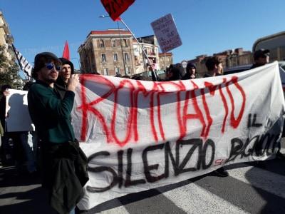 """Napoli, tensione e cariche a Bagnoli. I comitati: """"No alle speculazioni""""(Video)"""