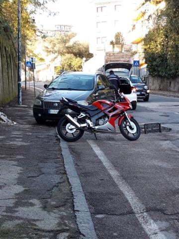 Napoli, auto e moto dentro una buca ad Agnano:  tragedia sfiorata. Non è colpa del clima