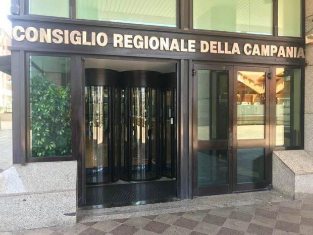 Fondo pmi e taglio indennità politiche, le proposte M5s a De Luca