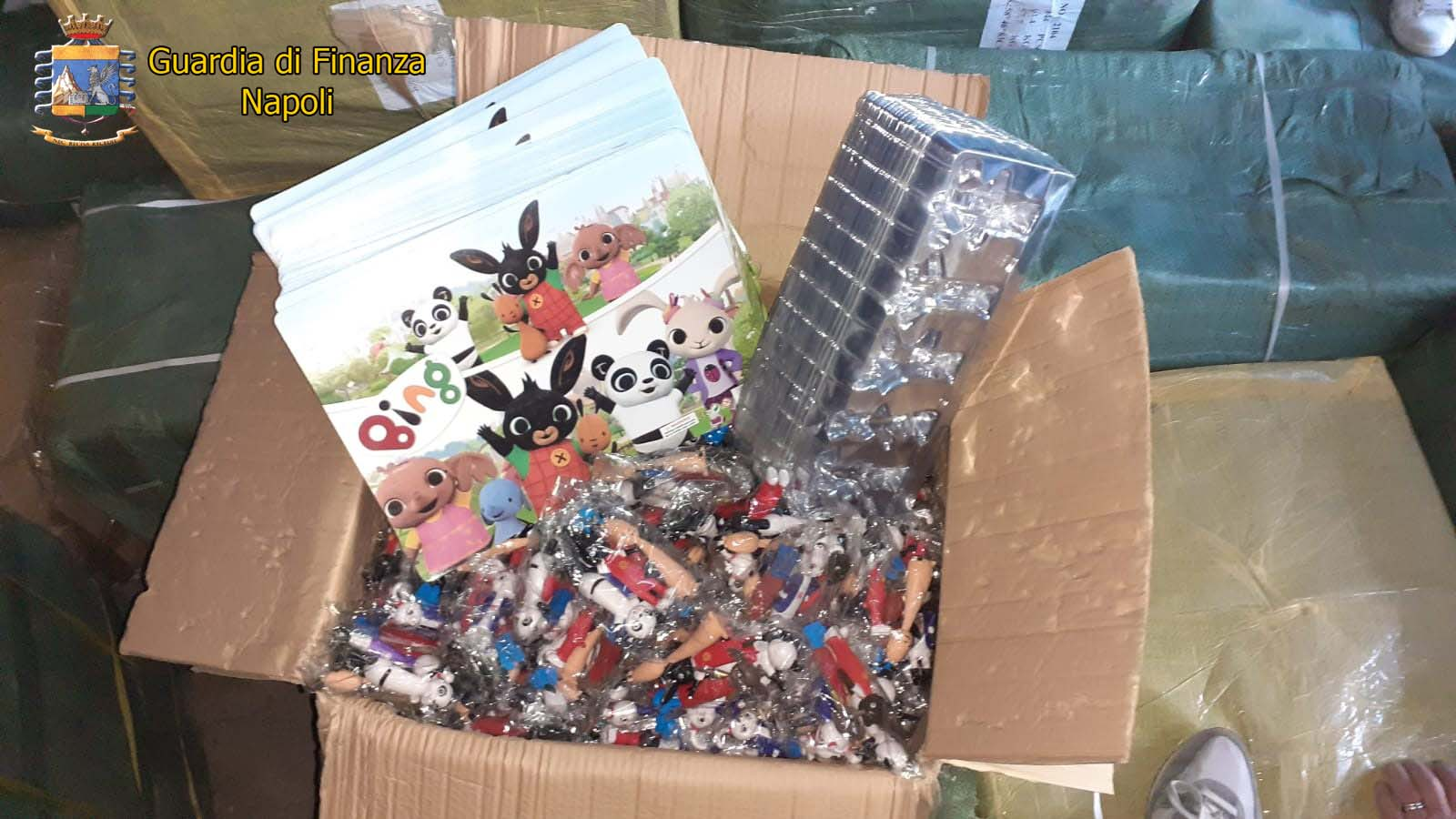 """Napoli, operazione """"Baschi Verdi"""": maxi sequestro di 430 mila tra orologi e giocattoli contraffatti"""