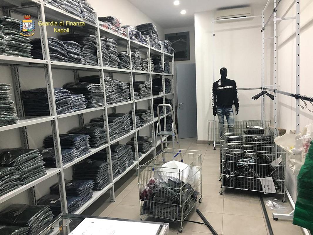 Abiti contraffatti in Puglia e venduti nel Napoletano: sequestro