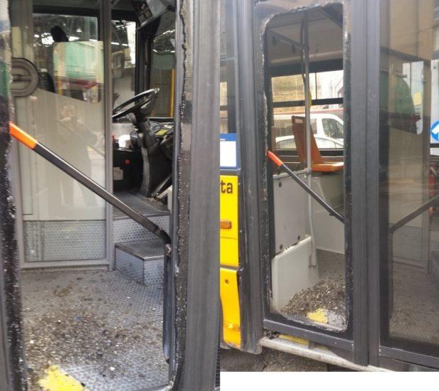 Napoli, parcheggia davanti a fermata: esce e spacca vetro del filobus