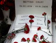 Mille socialisti sulla tomba di Craxi