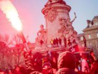 Francia, 150 mila in piazza contro la riforma delle pensioni: il governo inizia a cedere