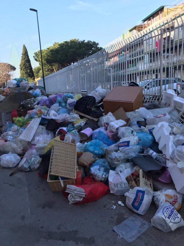 """Napoli, presidente IX municipalità contro Palazzo San Giacomo: """"la spazzatura rimossa solo al centro. Ignorata la periferia"""""""
