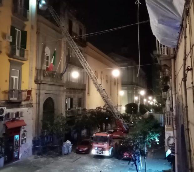 Napoli, calcinacci giù in via Duomo: 3 ragazze salve d'un soffio