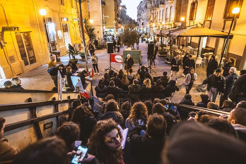 Napoli, la bella politica di Potere al Popolo: studiare la Storia in piazza con il prof Aragno