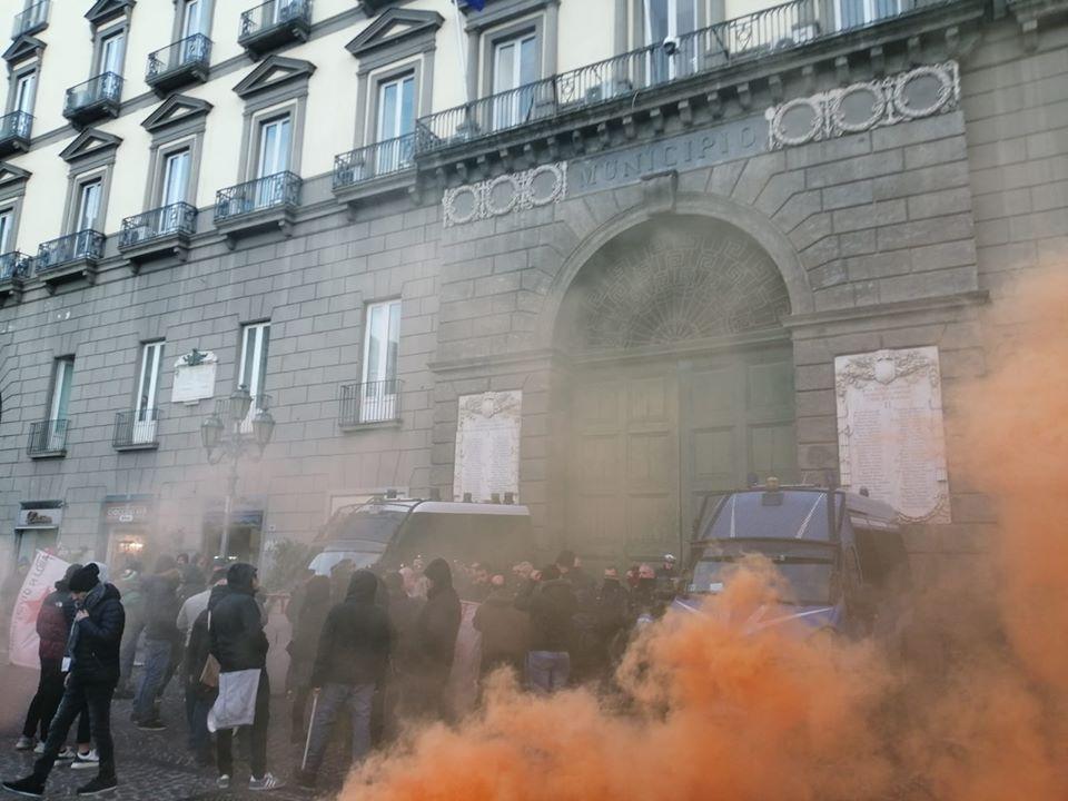 """Napoli, disoccupati davanti Palazzo San Giacomo: """"Vogliamo lavoro, mantenete le promesse"""""""