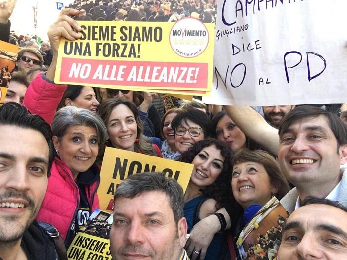 Campania, elezioni regionali:  gli attivisti M5s contrari alleanza con Pd e de Magistris. Petizione online