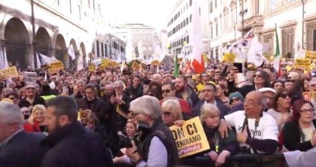 Vergogna vitalizi: in migliaia protestano a Roma