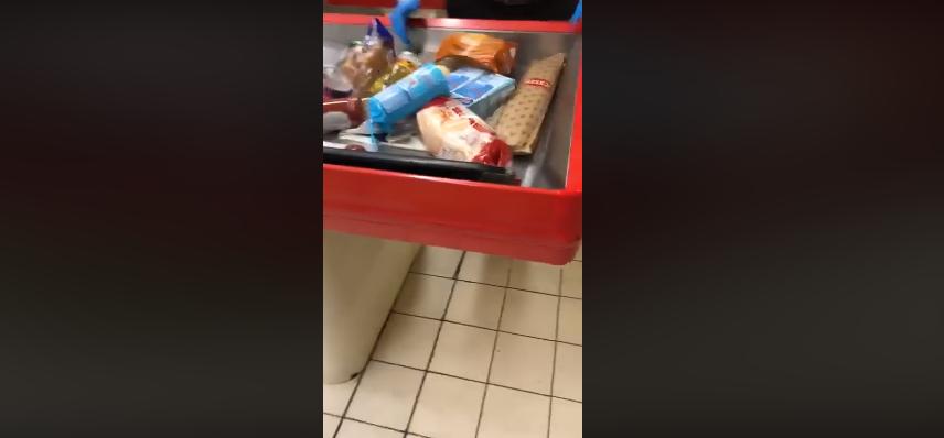"""Napoli, prendono la pasta e rifiutano di pagare: """"Non abbiamo soldi"""" (Video)"""