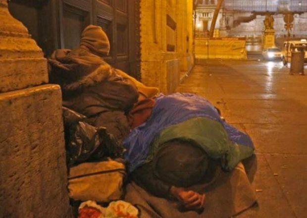 Coronavirus, 'non uscite' ma a Napoli e Roma 42 mila non hanno casa