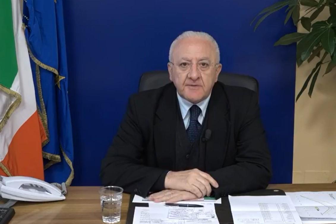 Campania, De Luca ha firmato l'ordinanza. Le attività che riprendono oggi