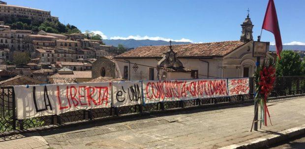 25 aprile di lotta per il reddito, stop bollette e affitti (le foto)
