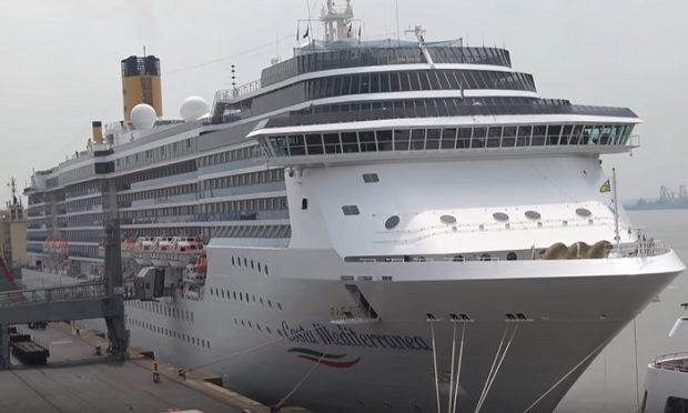 Nave Costa sbarca a Napoli, è scontro sull'ok di De Luca