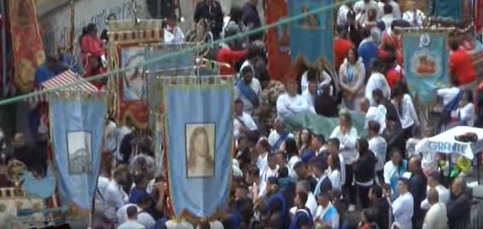 De Luca mette in quarantena la Pasqua: stop a riti pubblici e processioni religiose