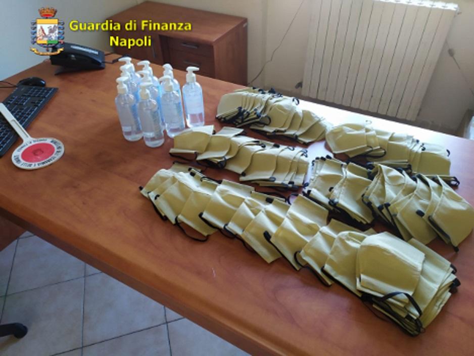 Napoli, finanzieri sequestrano 5700 confezioni igienizzanti e mille mascherine