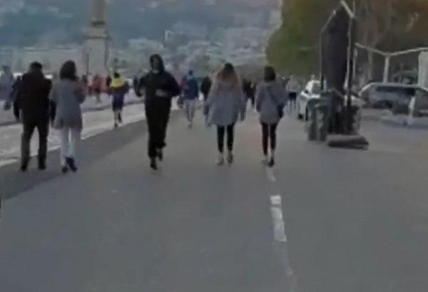 """Napoli, in centinaia sul lungomare per """"l'ora d'aria"""". E De Luca minaccia strette"""