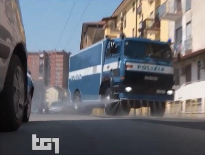 """Tg1, scivolone su Napoli Est: """"La polizia sanifica, ora applausi. Di solito è nemica"""""""