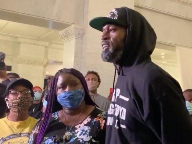 La morte di George Floyd: gli assi del basket protestano sfilando tra la gente con il pugno alzato