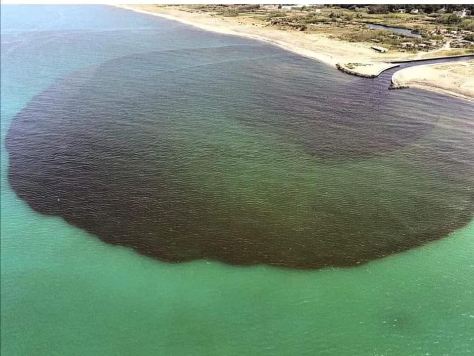 Macchia nera in mare a Castel Volturno, indagine della Procura