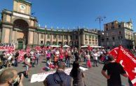 """Napoli, 500 in piazza: """"la crisi è vostra non la pagheremo"""". Scontri con la polizia"""