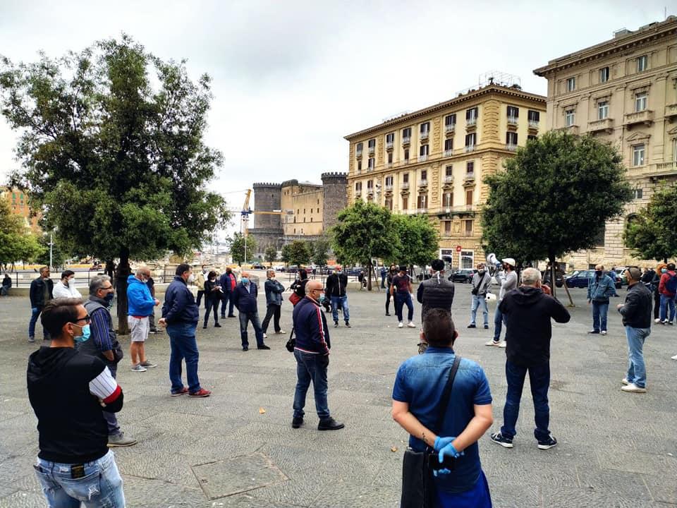 """Napoli, disoccupati in piazza: """"Vogliamo il pane ed anche le rose"""""""