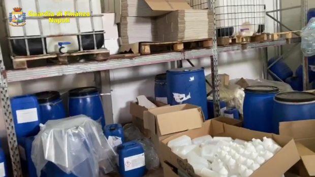 Guardia di finanza sequestra fabbrica a San Giorgio a Cremano: produceva igienizzante fuorilegge